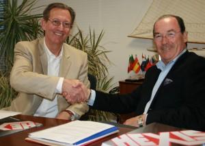 Wim Rollfs, Intern.Business Development Manager, beim Handshake mit Michel Mateu, Geschäftsführer