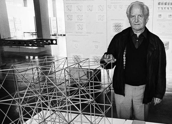 Fritz Haller mit der Konstruktion seiner USM Büromöbel Linie